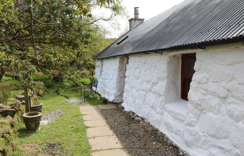 1/2 of 12 Camustianavaig, holiday rental in Portree
