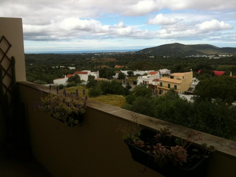LUXURIOUSLY APPOINTED AND SPACIOUS APARTMENT W / TOWN, COUNTRY & SEA VIEWS, vacation rental in Loule