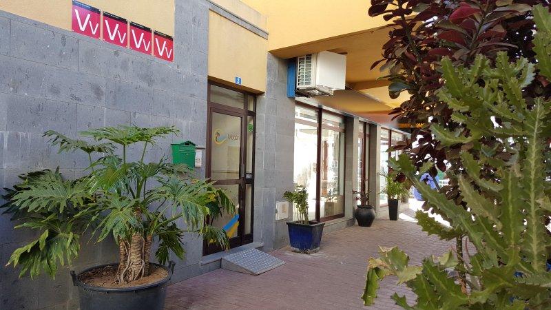 ENTRADA PRINCIPAL situada en la trasera del edificio