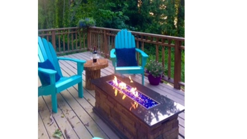 Wijn op het dek bij zonsondergang met het vuur tafel als er een chill.