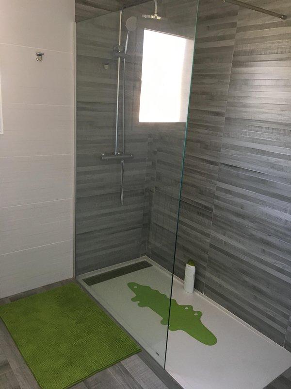 Casa de banho 2 quartos, no andar de cima.