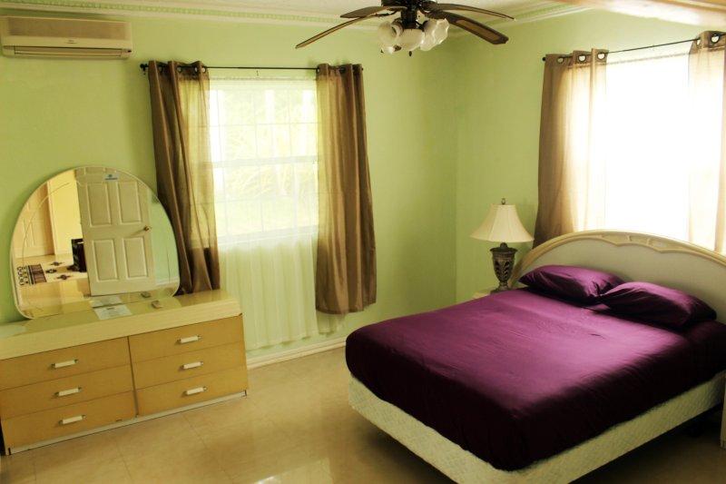 cama queen size com closet, jacuzzi e vista para o jardim