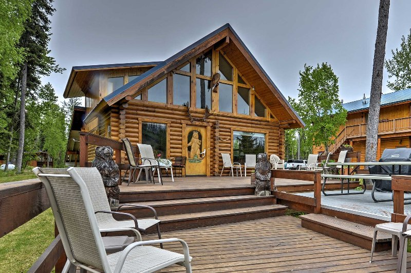 Your Great Alaskan escape begins as you pull up to these Kenai River cabins!