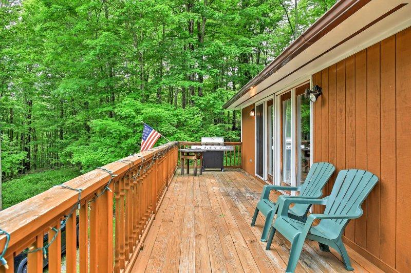 La grande terrasse et la cour rendent cette propriété parfaite pour les barbecues, les feux ou la détente.