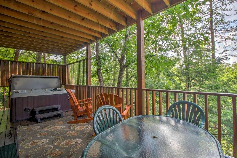 Une retraite revitalisante vous attend dans ce luxueux, 5 chambres, 4 salles de bains vacances cabine location, qui peut accueillir 6 à Pigeon Forge