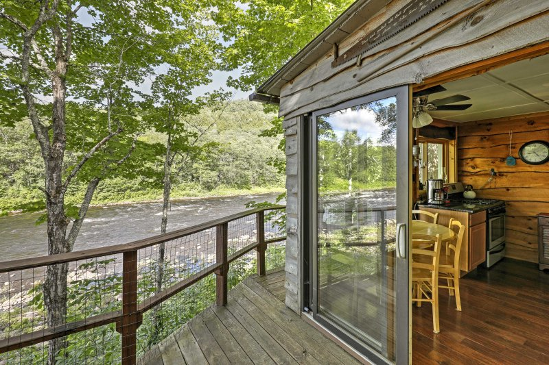 Adirondack Mountains Cottage on The Hudson River!, holiday rental in Riparius