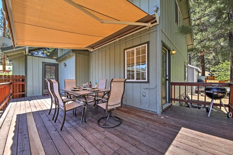 Home w/Large Yard & Deck - Walk to Bear Mtn Resort, vacation rental in Moonridge