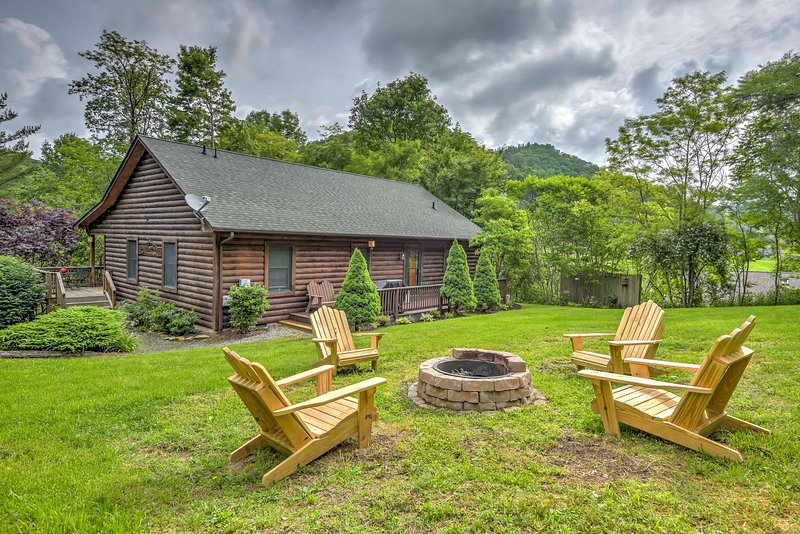 A rejuvenating Blue Ridge Mountain retreat awaits you at this 3-bedroom, 2-bathroom vacation rental house in Vilas.