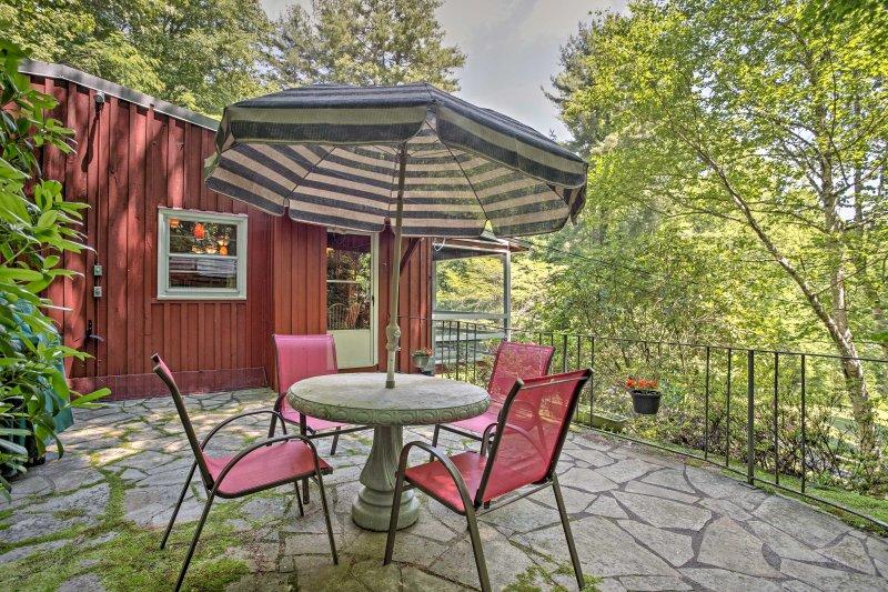 Vous pourrez dîner sur la terrasse en plein air dans un environnement de jardin luxuriant.