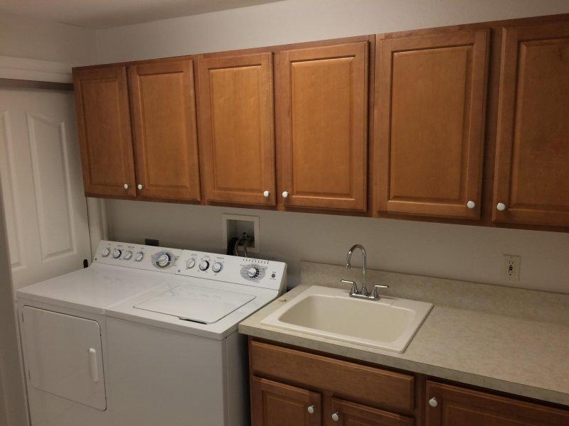 Hauswirtschaftsraum mit Waschmaschine, Trockner und Waschbecken