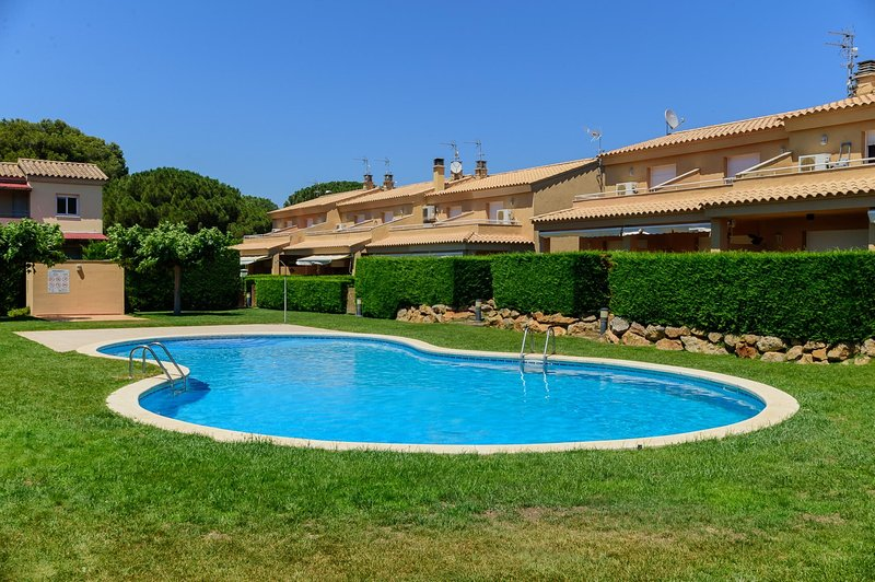 Costabravaforrent Pinamar, para 4, piscina comunitaria, vacation rental in L'Escala