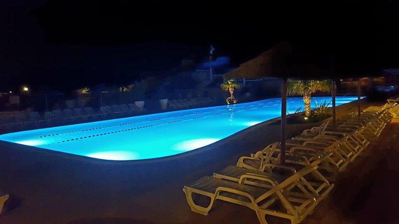 Durante la noche de campamento piscina