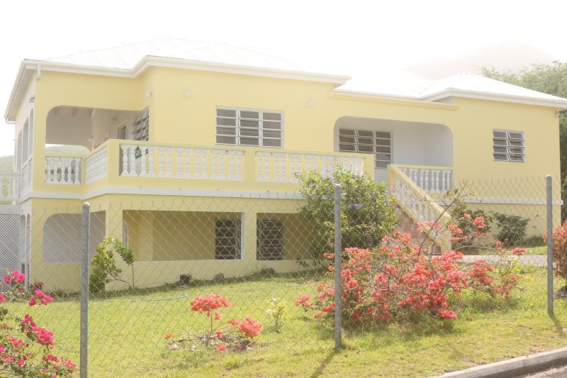 Villa Benito, Pinneys, Nevis 3 mins to golf course and local amenities., vacation rental in Nevis