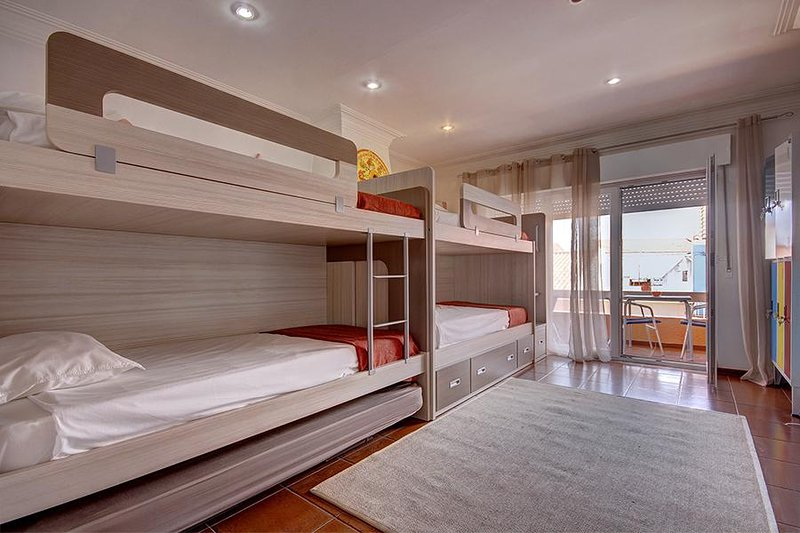 Oeste Wave Hostel - Bedroom 1 to 5 persons, holiday rental in Baleal