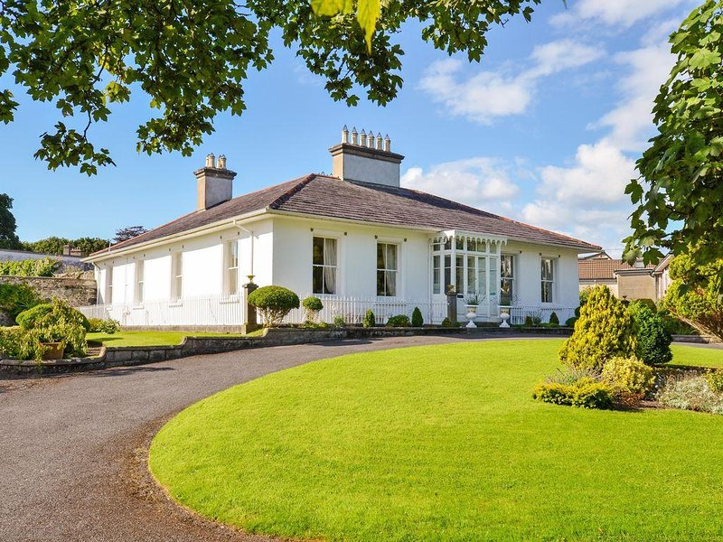 Beautiful Historic House Central location, close to beach, on Wild Atlantic Way., vacation rental in Galway