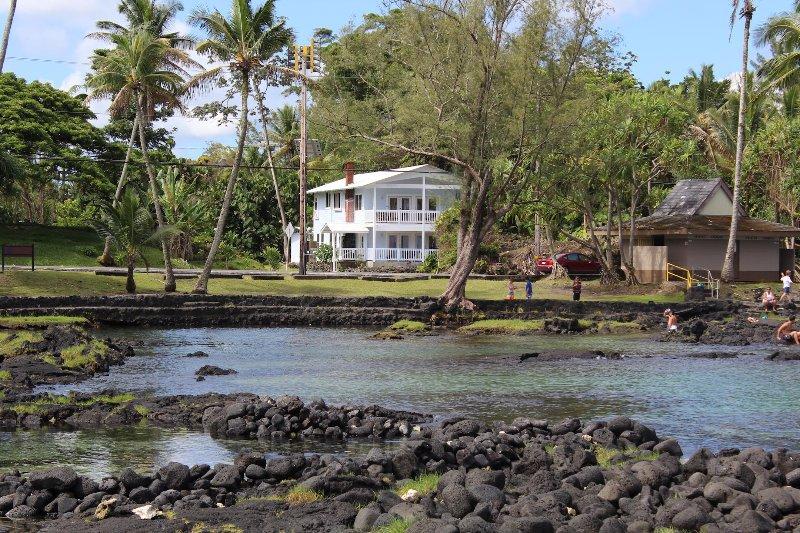 Newest House in Hilo's Best Loc. Oceanfront, kayaks, snorkel, turtles. Sleeps 15, alquiler de vacaciones en Hilo