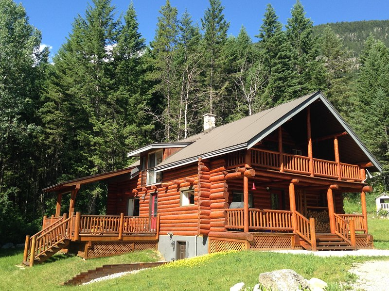 Smiley Wolf Cabin - Magical place near Golden, British Columbia, holiday rental in Golden