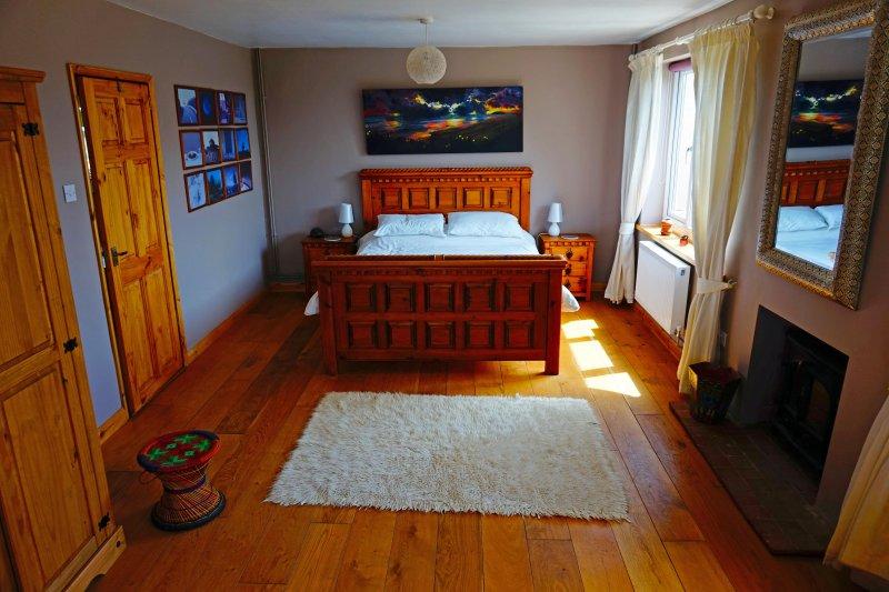 El dormitorio principal con estufa de leña