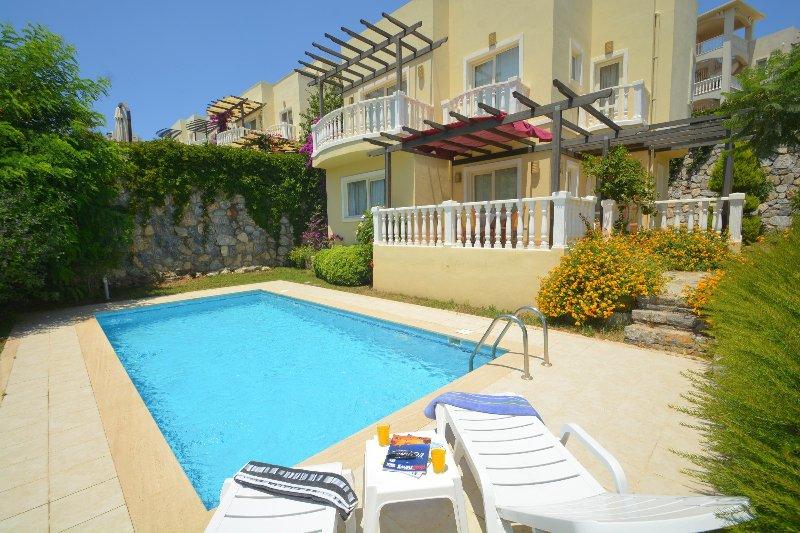 A41 Bodrum Flamingo 3 Bedroom Triplex Villa with Private Pool, alquiler de vacaciones en Milas