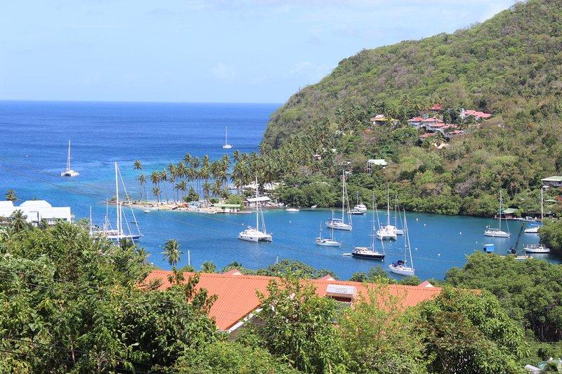 Casa Vista oferece aos hóspedes uma vista espectacular sobre a Marigot Bay e as montanhas circundantes