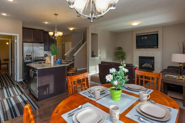 LUXURY HOUSE IN NW.6 bedrooms.CLOSE TO AIRPORT., holiday rental in Airdrie