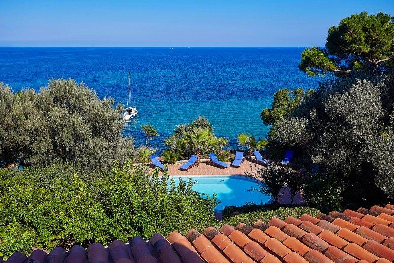 Villa Acquamarina with pool and private access to the sea, casa vacanza a Santa Flavia
