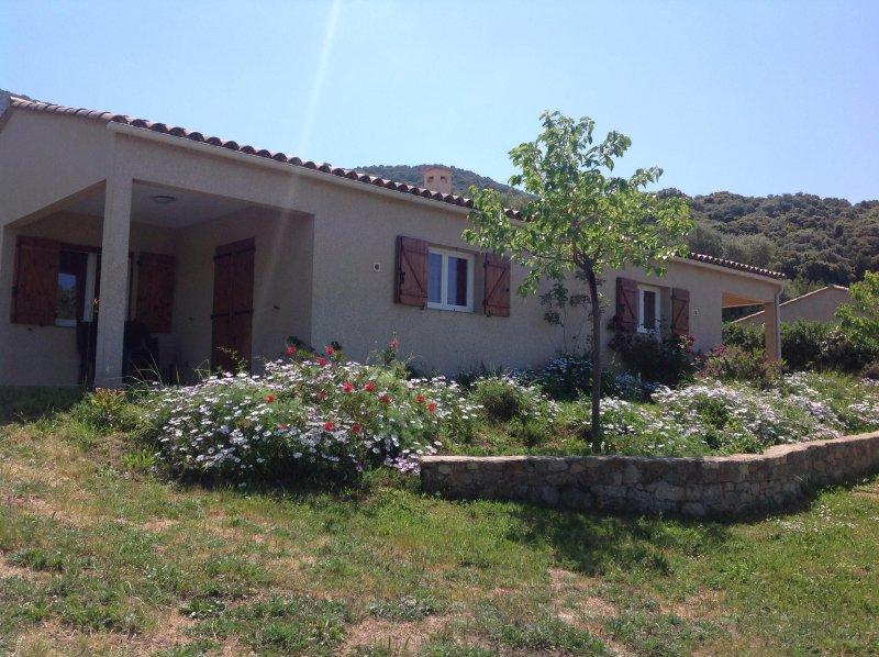 Dans residence locative, joli appartement de plain-pied vue mer et montagne, location de vacances à Cargese