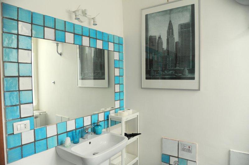 Salle de bains 1 avec un grand miroir en céramique sarde