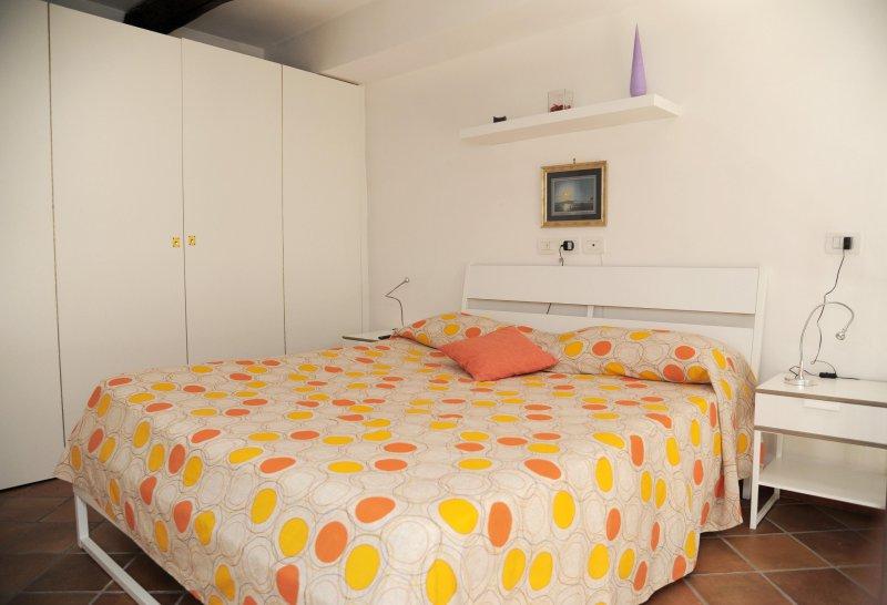 1 chambre avec placard et un bureau