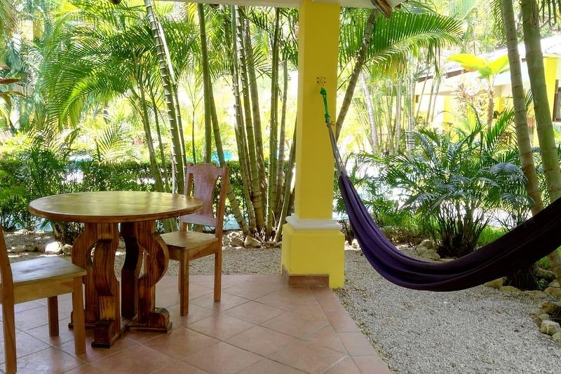 VILLAS VERDES (V3), One bedroom, Lush garden, Poolside, 24-hr Security, Gated, holiday rental in Playa Samara
