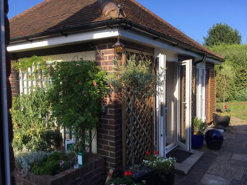 Compact self-contained STUDIO annexe in our own private garden setting, vacation rental in Mannings Heath