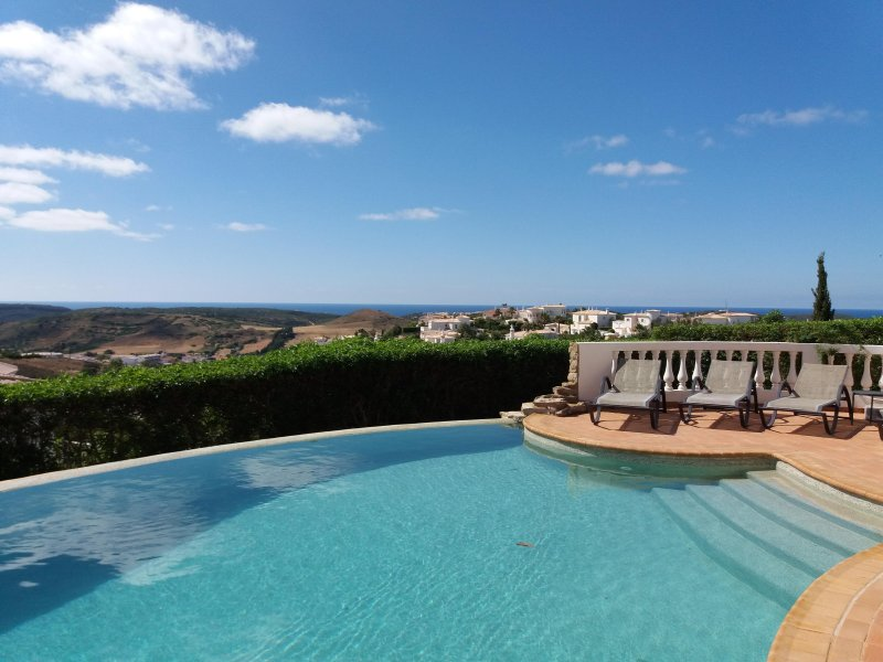 Stunning 4 Bedroom villa with infinity pool on Parque da Floresta golf resort, holiday rental in Budens