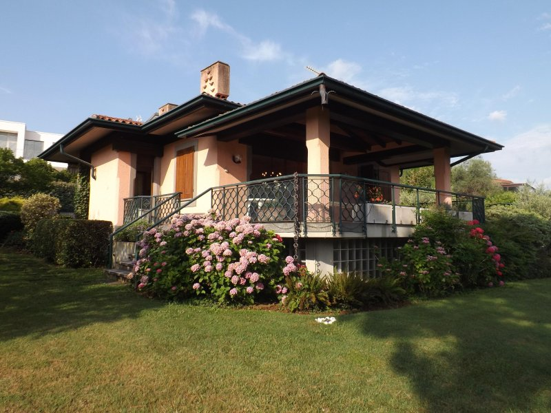 LAKE VIEW SINGLE VILLA: 300 MT FROM THE LAKE, alquiler vacacional en San Felice del Benaco