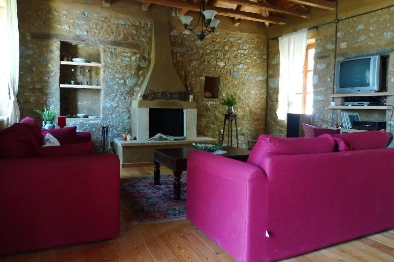 Villa Petra a traditional stone house in Evia ideal for relaxing family holidays, holiday rental in Oxilithos