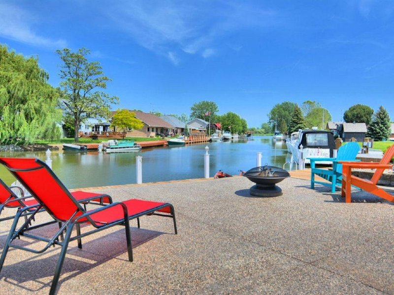 Upscale cottage with all the amenities & dock your boat right in the backyard!, holiday rental in Leamington