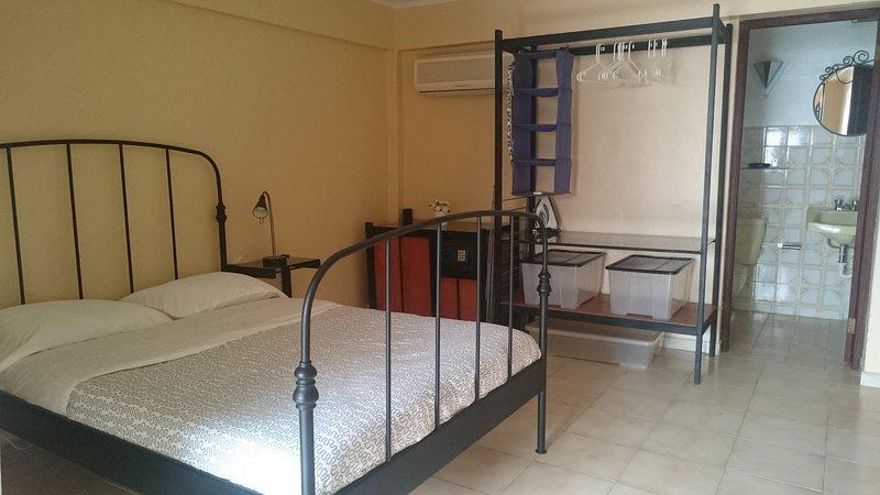 Chambre avec AC, placard et coffre-fort.