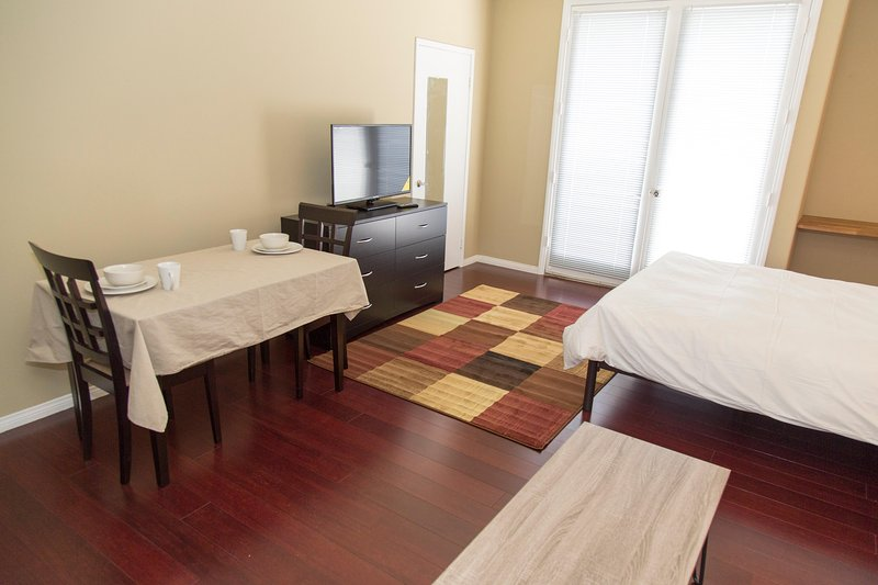 304F Executive Suite Near UCLA on Westwood Blvd. Centrally Located Near All, holiday rental in Los Angeles