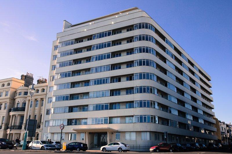 Embajada de tenis, icono modernista de la beautiful1930. Estamos en el piso superior derecha en la parte frontal.
