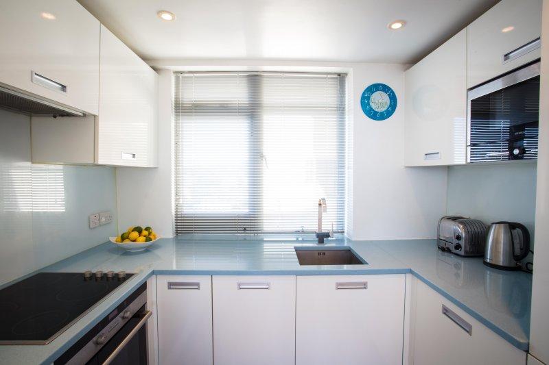 a medida cocina italiana granito azul hermoso con vistas hacia los Downs