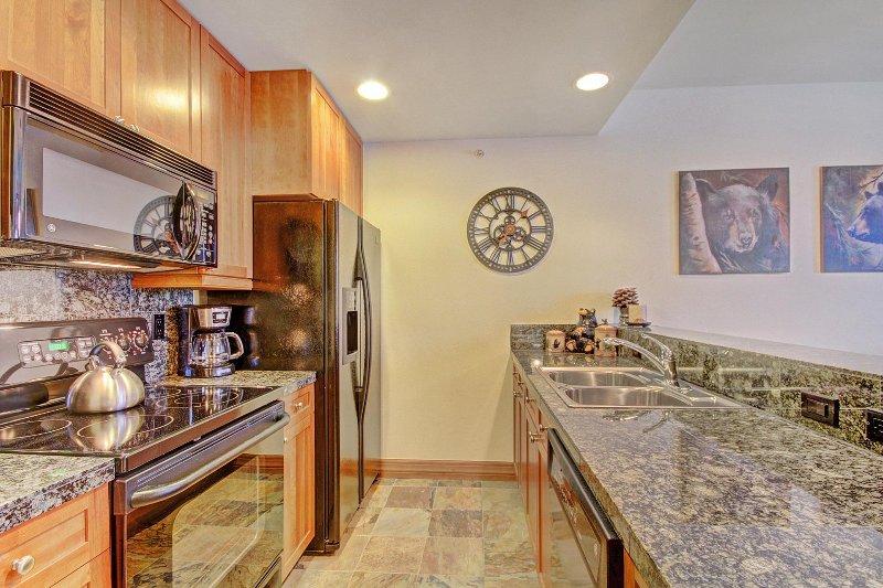 """Propriedade SkyRun - """"Highland Greens Lodge 301"""" - Cozinha com balcão de granito"""