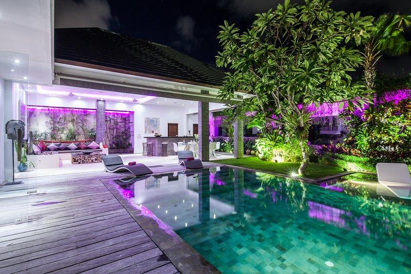 Por la noche, la villa tiene una atmósfera diferente ideal para relajarse y disfrutar de una cena privada en la villa