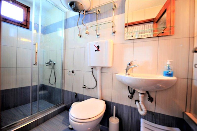 Villa CAMELIA. casa de banho completa do quarto principal no piso térreo. Deslizando caixa de vidro.