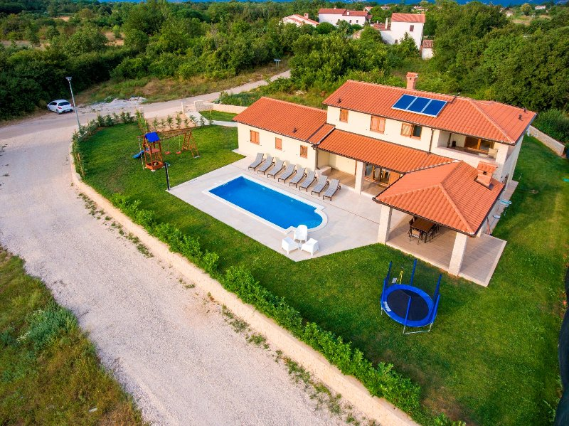 Vila Jadran - Holiday Home In Nedešćina, 8 + 2 Persons, 4 Bedrooms With Bathroom, aluguéis de temporada em Strmac