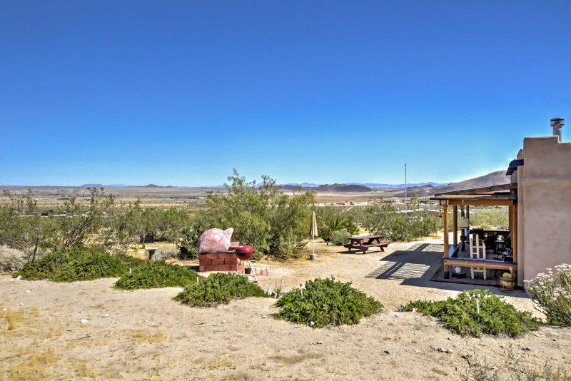 Esta casa de estilo adobe está situado em 2. 5 hectares de terra.