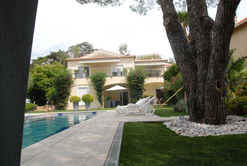 Studio 34m² +1p rez de jardin face piscine villa privée, près mer à pied, garage, holiday rental in Sainte-Maxime