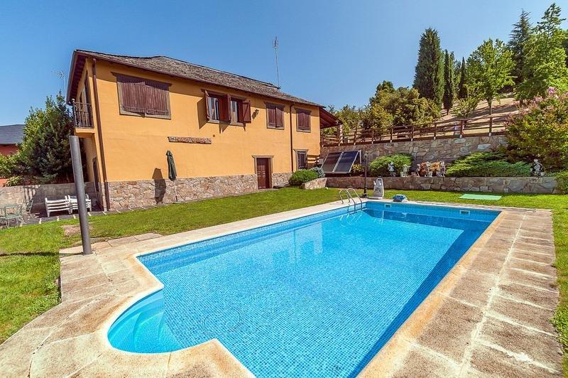 Exteriores: casa, piscina y jardín.