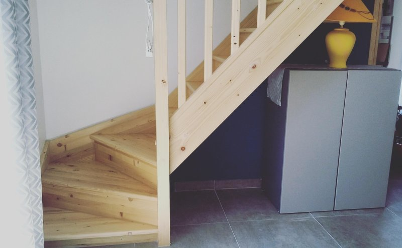 The comfortable staircase leading to 2 bedrooms