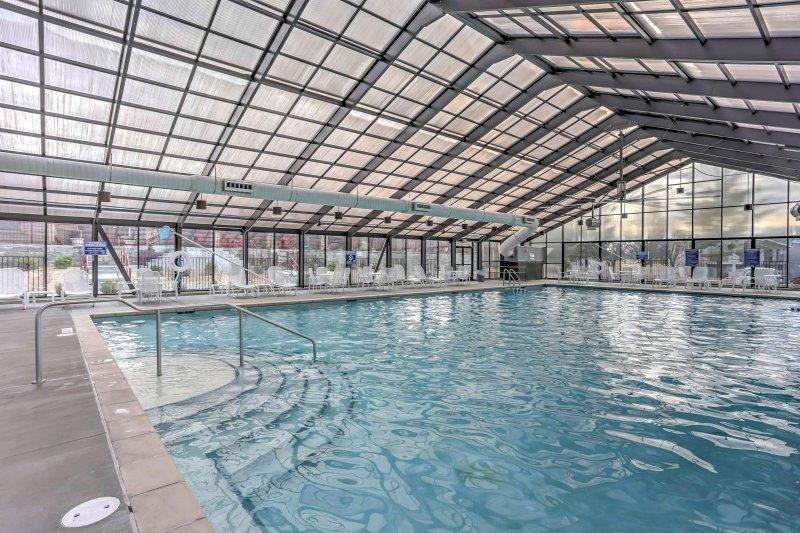 O condomínio está localizado em uma comunidade resort completa com piscinas e quadras de tênis