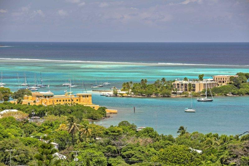 Ammirate una vista impareggiabile sul porto azzurro di seguito.