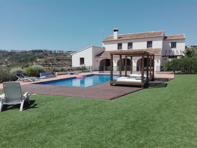 Casa grande en zona tranquila con piscina privada, jardin, cine, billar,..., Ferienwohnung in Canor